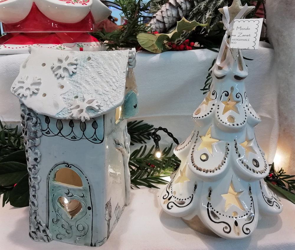 Albero di Natale e casetta bianca